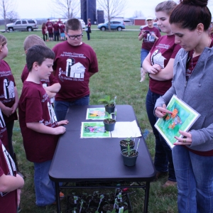 AG students demonstrate seedlings